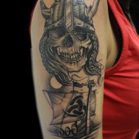 Tatuaje Calavera y Barco Vikingo