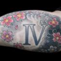 Tatuaje Numero Romano y Flores Orientales