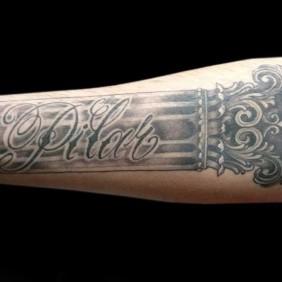 Tatuaje Nombre en Columna Romana