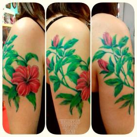 Tatuaje Floral Hibiscos